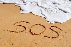 Messaggio di aiuto di SOS nella sabbia Fotografia Stock Libera da Diritti