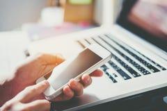 Messaggio di telefono di battitura a macchina dell'uomo sulla rete sociale Immagine Stock