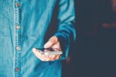 Messaggio di telefono di battitura a macchina dell'uomo sulla rete sociale fotografie stock libere da diritti