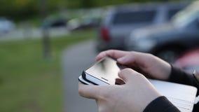 Messaggio di telefono cellulare della lettura stock footage