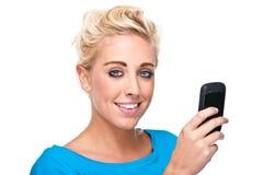Messaggio di testo della lettura della donna del primo piano sul telefono delle cellule Immagine Stock Libera da Diritti