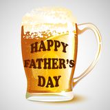 Messaggio felice di festa del papà sulla tazza di birra Fotografie Stock Libere da Diritti