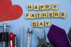 Messaggio felice di giorno di padri su un fondo blu con la struttura degli strumenti e dei legami Fotografia Stock