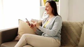 Messaggio mandante un sms della donna felice sullo smartphone a casa archivi video