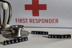 Messaggio medico di servizio online scritto sui blocchi di legno Stetoscopio, concetto di sanità immagini stock libere da diritti