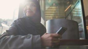 Messaggio musulmano ispirato della lettura di signora sul telefono, ottenente nuovo lavoro, occupazione archivi video
