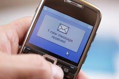 Messaggio o email di testo del telefono mobile Fotografie Stock Libere da Diritti