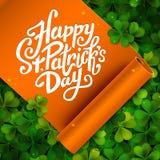 Messaggio scritto a mano del giorno di San Patrizio felice, iscrizione della penna della spazzola sul nastro arancio e fondo verd Immagine Stock Libera da Diritti