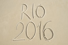 Messaggio semplice 2016 di Rio scritto a mano sulla spiaggia di sabbia Fotografia Stock Libera da Diritti