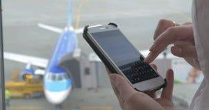 Messaggio sul telefono durante l'attesa di volo archivi video