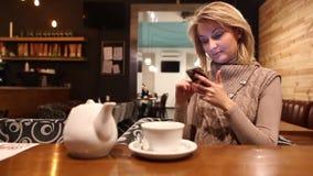 Messaggio tayping del caffè della donna stock footage
