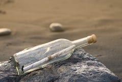 Messaggio in una bottiglia fotografia stock libera da diritti