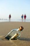 Messaggio in una bottiglia sulla spiaggia fotografia stock libera da diritti