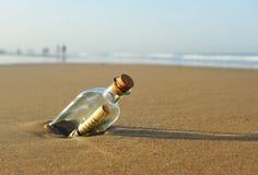 Messaggio in una bottiglia sulla spiaggia Fotografie Stock Libere da Diritti