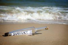 Messaggio in una bottiglia/supporto Immagini Stock