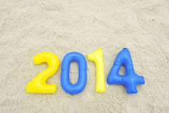 Messaggio variopinto 2014 con i numeri gonfiabili sulla spiaggia Fotografie Stock