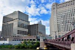 Messe und Sonnenzeiten, die durch Chicago River errichten Lizenzfreies Stockbild