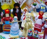 Messe von Volkskunstpuppen motanka Dorf Petrikovka Dnipropetrovsk lizenzfreie stockfotografie