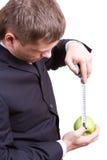 Messen des Apfels Stockbild