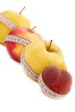 Messen des Apfels und des Pfirsiches Stockbild