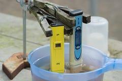 Messen des pH des Wassers im Wasserkulturbauernhof Elektronischer pH lizenzfreie stockfotografie