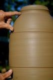 Messen einer Lampe auf dem Töpfer-Rad lizenzfreie stockfotografie