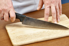 Messen in hand chef-kok Stock Fotografie