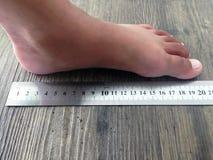 Messen Ihres Fußes Stockfoto