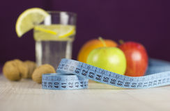 Messen Sie Band und frische Früchte mit Zitronengetränk für Diät Lizenzfreie Stockfotos