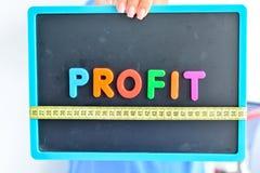 Messen Sie Ihr Gewinnkonzept, das als magnetische farbige Buchstabeblöcke mit messendem Band geschrieben wird Lizenzfreie Stockbilder