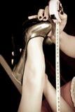 Messen Sie Länge eines Fusses, der in einen schwarzen Schuh eingesetzt wird Stockbilder