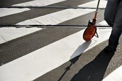 Messen von einem Fußgänger-Crosssing Stockfoto