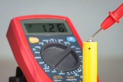Messende Batteriespannung mit Vielfachmessgerät Stockbild
