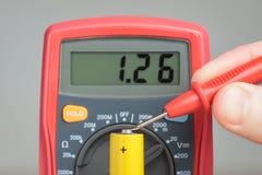 Messende Batteriespannung mit Vielfachmessgerät Stockfotos