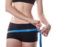 Messende Hüfte des Mädchens Gewichtverlust Frauentorso mit dem Maß, getrennt auf Weiß Lizenzfreies Stockfoto