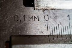 Messende Hilfsmittel Tasterzirkelnahaufnahme Skala der Abteilung auf einem Werkzeug stockbilder