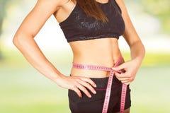 Messende perfekte dünne gesunde Eignungs-Taille Stockfoto