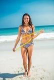 Messende Taille des hübschen Brunette am Strand Stockbild