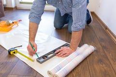 Messende Tapete des Heimwerkers zu schneiden Lizenzfreies Stockbild