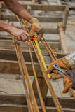 Messende und markierende Stahlstangen für die Herstellung von Strahlnkäfigen am constr Lizenzfreies Stockbild