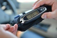 Messende waagerecht ausgerichtete Blutprobe der Glukose des Diabetes Lizenzfreies Stockfoto