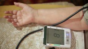 Messender Blutdruck der erwachsenen Frau Gesundheitswesen im Erwachsensein stock video