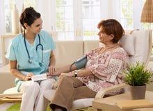 Messender Blutdruck der Krankenschwester Stockfoto