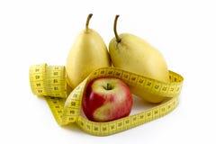 Messendes Band eingewickelt um Apple und Birnen Stockfoto