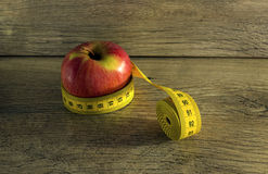 Messendes Band eingewickelt um einen Apfel Lizenzfreies Stockbild