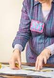 Messendes Schneidermuster der Damenschneiderin auf dem Tisch stockfotografie