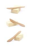 Messer über einem Stück Butter lokalisiert Lizenzfreie Stockbilder