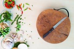 Messer auf Block und thailändischen Kräutern Lizenzfreies Stockbild
