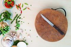 Messer auf Block und thailändischen Kräutern Stockbild