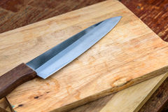 Messer auf dem Braun hölzern Lizenzfreie Stockfotografie
